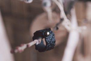 Структурний перстень з темною перлиною - Опис
