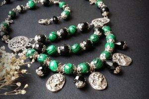 Зелене та чорне намисто з малахіту з камеями - Опис