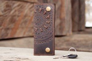 Ключниця шкіряна чоловіча коричнева з орнаментом - Опис