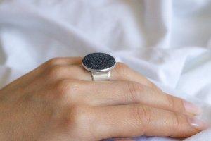 Перстень М з гематитом (широка основа) - Опис