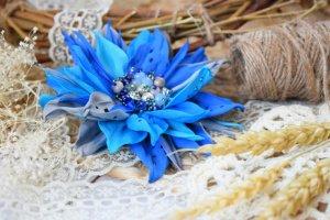 Квітка брошка синя голубе на подарунок заколка у волосся