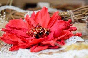 Квітка брошка червона на подарунок заколка у волосся - Опис