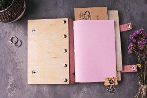 Жіночий блокнот з дерев'яною обкладинкою з будь гравіюванням - Опис