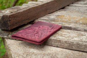 Обкладинка на паспорт шкіряна жіноча з пташками бордо - Опис