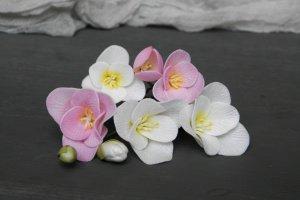 Робота Шпильки з квітами рожевого і білої фрезії в зачіску