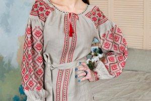 Вышиванка бежевого цвета с красной вышивкой - Описание