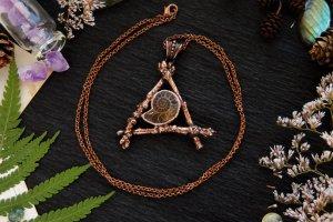 Робота Мідний кулон з дубових гілочок і скам'янілого амоніту