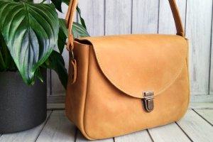 Работа Женская кожаная сумка жёлтого цвета.