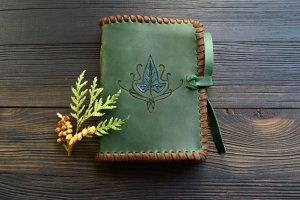 Робота Шкіряний блокнот з ельфійським плющем (смарагдовий)