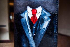 Робота Кожаная обложка на паспорт костюм