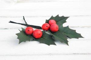 Робота Новогодняя заколка с листьями и ягодами / Шпильки новогодние