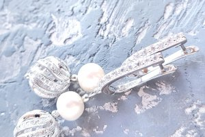 Робота Стильні сережки з перлами та цирконами