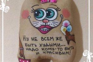 Кавова кішка зі смішним написом