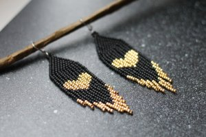 Робота Чорні сережки із золотим сердечком, подарунок на Валентина