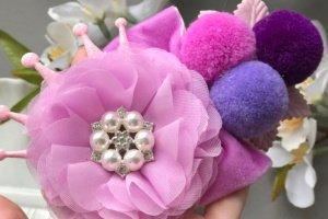 Повязочка фіолетова з квіткою та помпонами - ІНШІ РОБОТИ