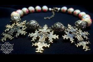 Робота Прикраса з гуцульськими хрестами і намистинами.