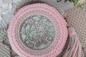 Сумка рожевого кольору з метеликом - Опис