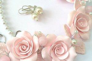 Кольє і сережки з великими рожевими трояндами і жемчгом - Опис