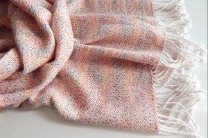 Робота Тканий шарф бiло-рожевого кольору