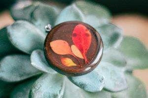 Кулон з листочками барбарису, дерево і епоксидна смола - ІНШІ РОБОТИ