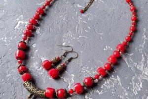 Робота Кольє  та сережки з натуральнми коралами та етно орнаментом