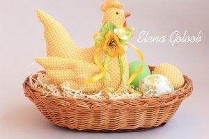 Робота Великоднева курочка  жовта  з текстильным яйцями