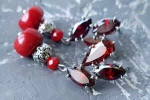Робота Сережки з натуральними коралами та кристалами циркону