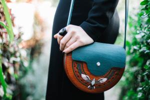 Дерев'яна сумочка з голубом - Опис