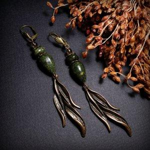 Робота Зеленые серьги с листочком ивы и змеевиком