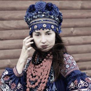 Робота Очіпок український синій, вінок квітковий пишний