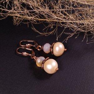 Робота Маленькі бежеві мідні кульчики з сердоліку та перлів