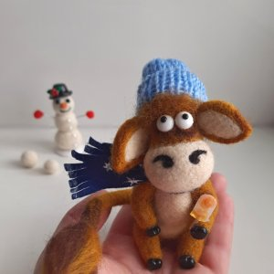 Робота Валяная іграшка Бичок і сніговик. Бик символ 2021 року.
